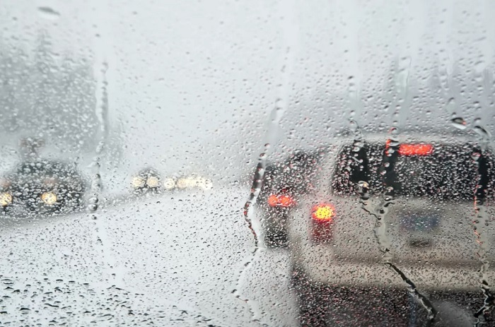 Влажность воздуха ведет к запотеванию стекол машины/ Фото: ukranews.com