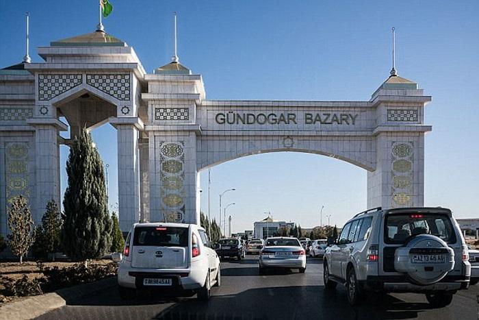 Белые машины на турменистанских улицах/ Фото: alamy.com