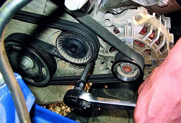 Устраняем ослабление ремня генератора/ Фото: tkavtostil.ru