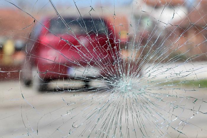 Разбитое по вине дорожников лобовое стекло