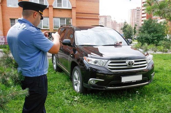 Припаркованный на газоне автомобиль/ Фото: cityreporter.ru