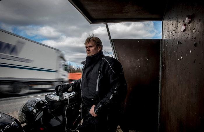 Сотрудник финской дорожной полиции близ Хельсинки/ Фото: nytimes.com