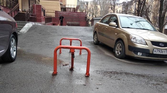 Как правильно передвигаться на автомобиле во дворах.
