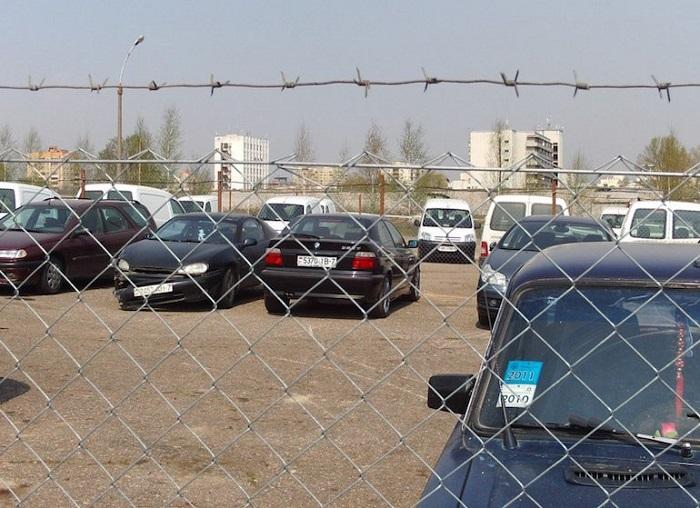 Автомобили на штрафстоянке.