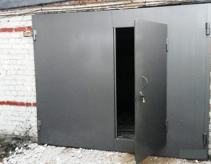 Открытая дверь гаража/ Фото: svarkaprosto.ru