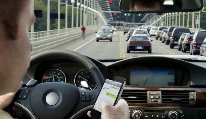 Не пользуйтесь телефоном за рулем/ Фото: carcarehunt.com