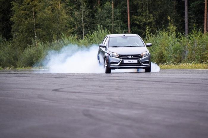 Резкое торможение и ускорение повышают потребление горючего/ Фото: avtomotoclub.ru