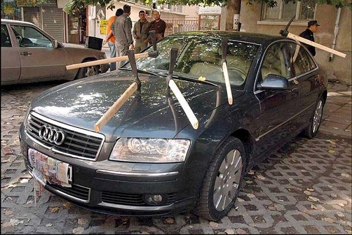 Что сделать, чтобы оградить свой автомобиль от посягательств соседей?/ Фото: pinterest.ru