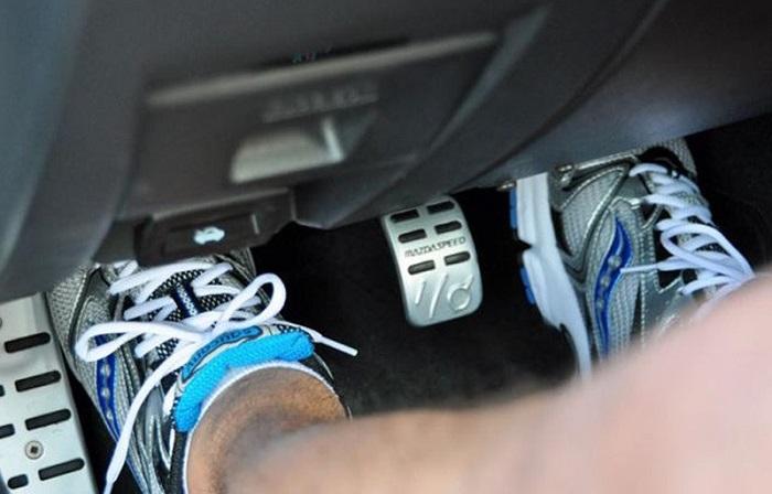 Нога на сцеплении во время остановки/ Фото: motorfan.es