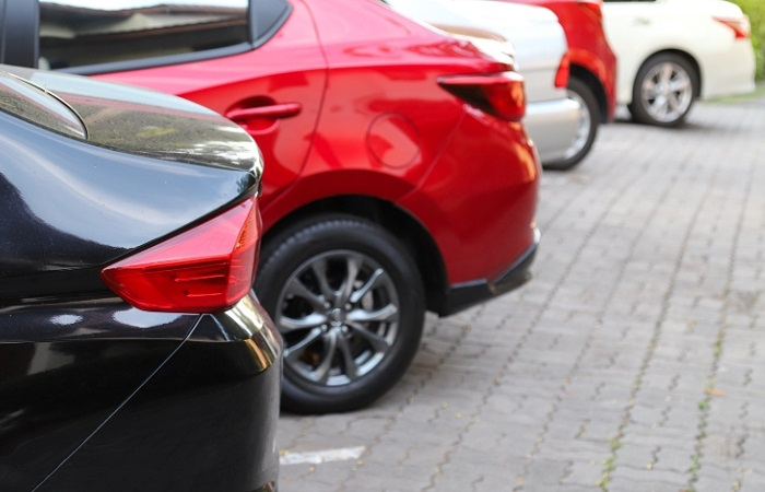 Паркуем автомобиль аккуратно и безопасно/ Фото: domclick.ru