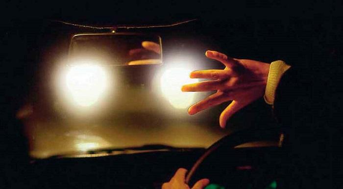 Слишком яркий дальний свет автомобильных фар/ Фото: searchbiznes.ru