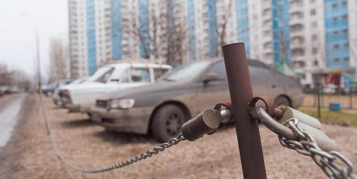 Автомобили на стоянке во дворе/ Фото: youtube.com