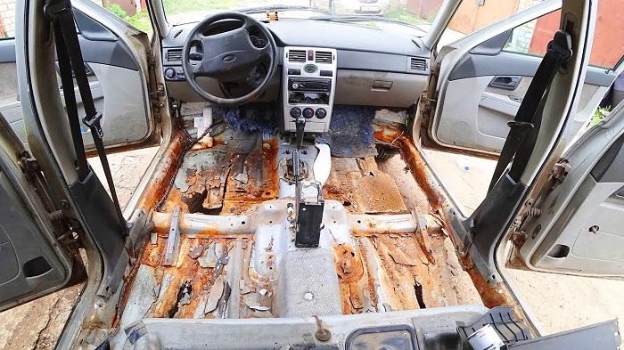 Заржавевшие полы автомобиля/ Фото: web.archive.org