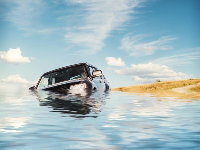 Что еще можно сделать, чтобы покинуть погружающийся на глубину автомобиль/ Фото: zahav.ru