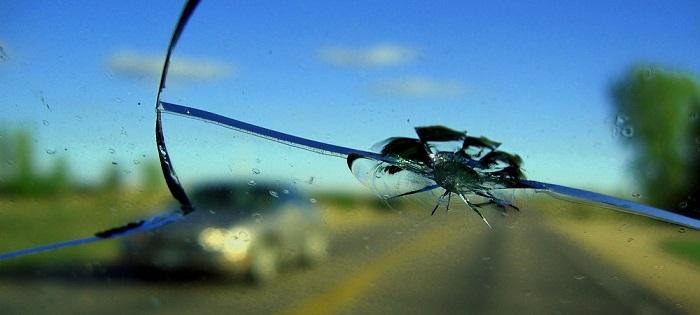 Попадание камня в стекло как результат спровоцированного дорожными службами ДТП/ Фото: auto43.ru