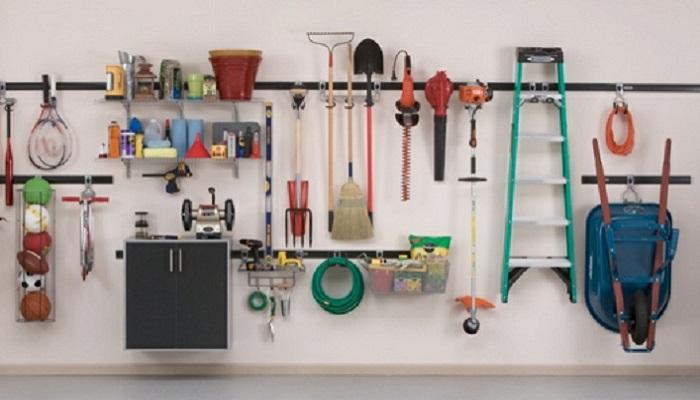 Полки на стенах в гараже/ Фото: freshideen.com