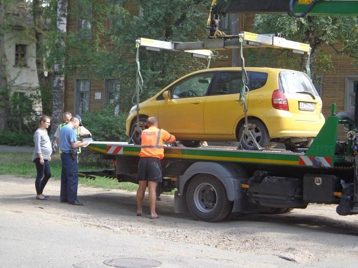 Эвакуация машины в присутствии водителя/ Фото: autoexpertnost.ru