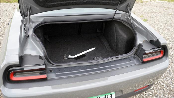 Осмотр багажника/ Фото: motor1.com