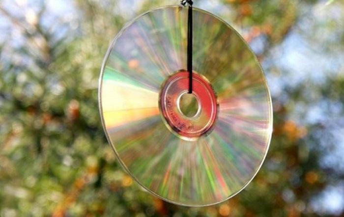 Висящий в салоне компакт-диск/ Фото: akson-quick.ru