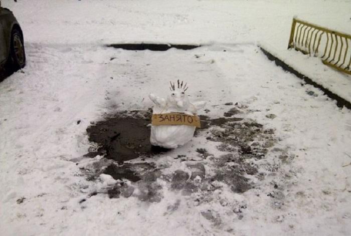 Снеговик «занял» место для автомобиля/ Фото: fishki.net