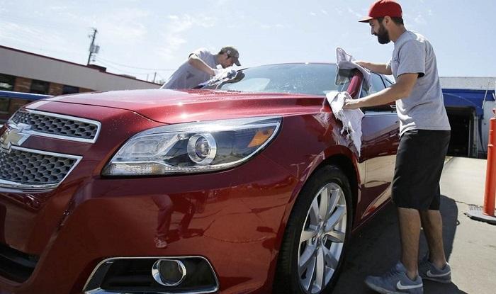 Отмывание кузова машины от загрязнений/ Фото: townhall.com