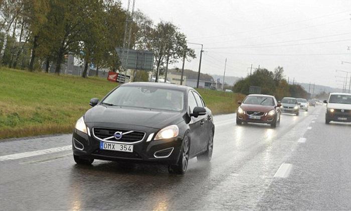Автомобили по дорогам Швеции ездят с включенными фарами/ Фото: bbc.com