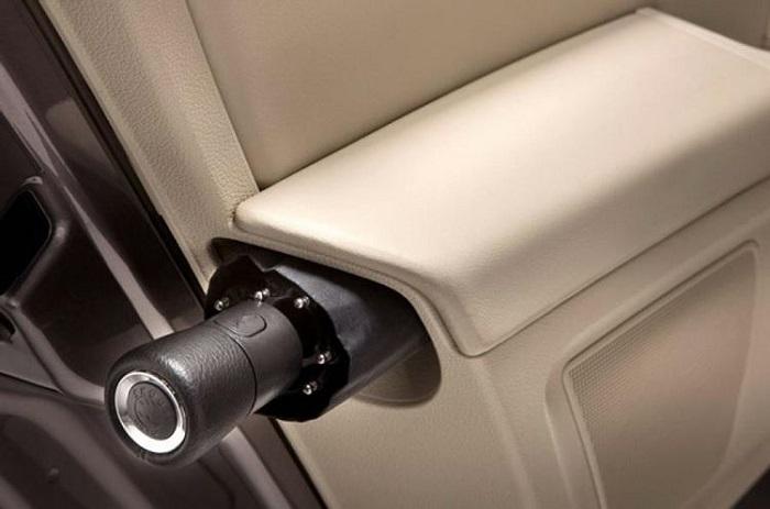 Место хранения зонта/ Фото: autocar.co.uk