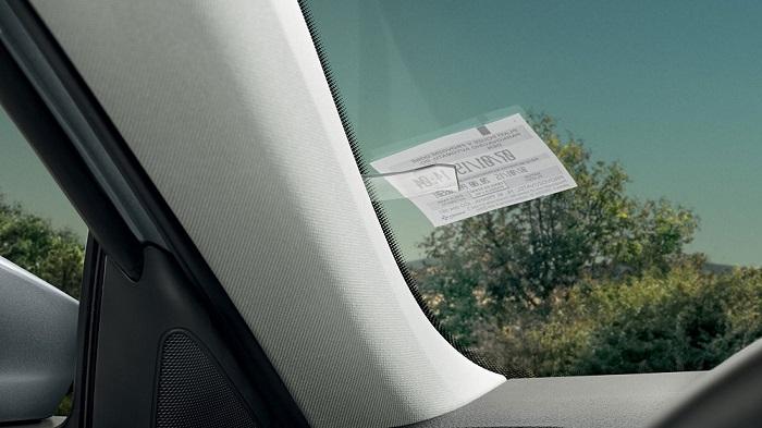 Простое устройство удерживает парковочный талон/ Фото: motoringresearch.com