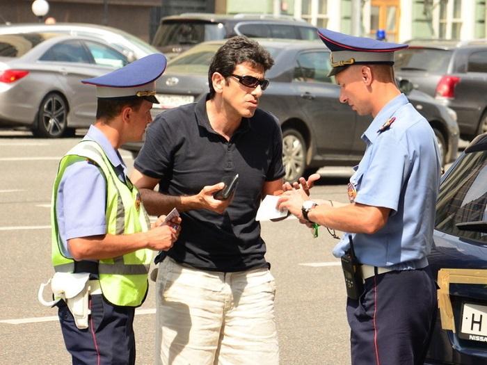 Общение водителя и полицейских/ Фото: atkweb.ru