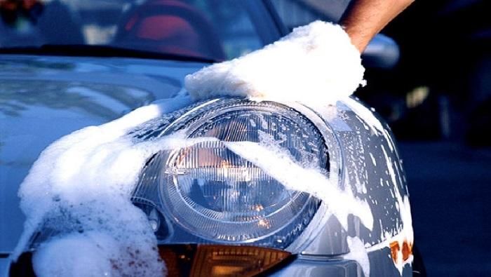 Мытье автомобиля/ Фото: uhodavtosam.ru