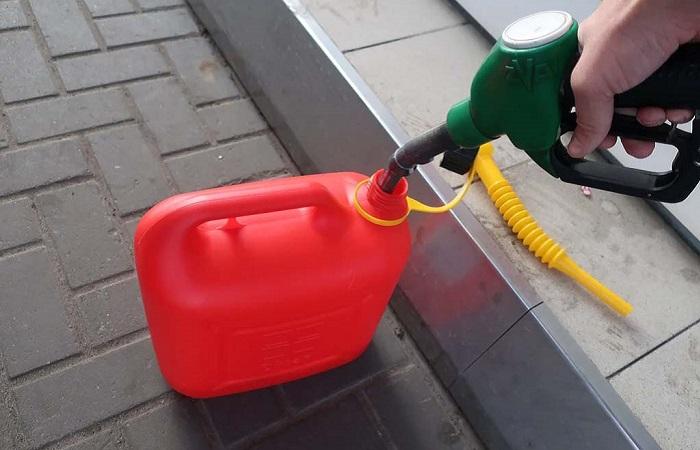Пластиковые канистры на АЗС увеличивают вероятность возгорания/ Фото: drivenn.ru