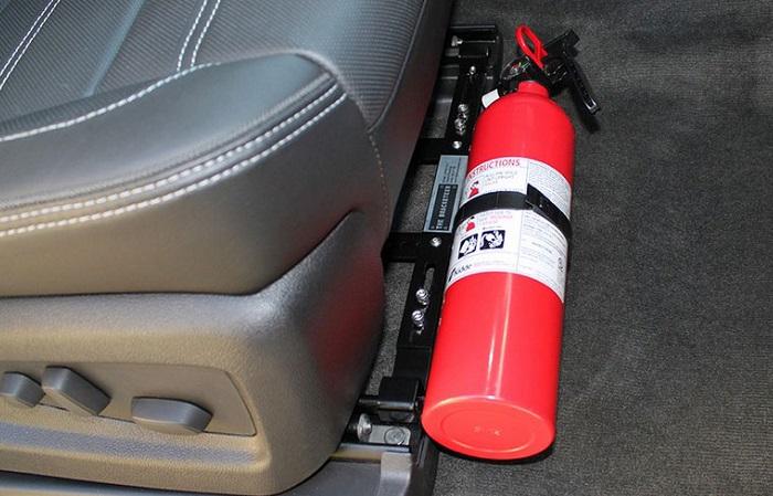 Огнетушитель – одна из обязательных вещей в салоне автомобиля/ Фото: proffidom.ru