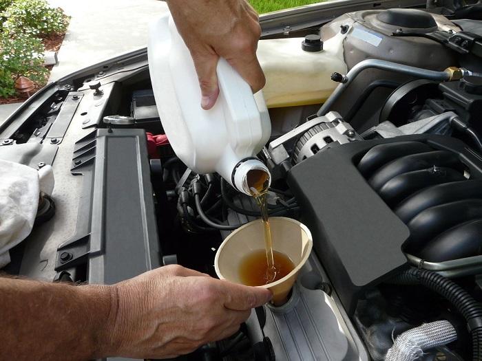 Долив масла в двигатель автомобиля/ Фото: drivenn.ru
