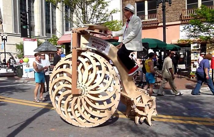 Гигантский велосипед для бездорожья с ногами вместо одного колеса