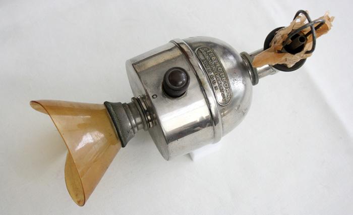Обезболивающий аппарат Джозефа Кловера, регулирующий количество вдыхаемого эфира.