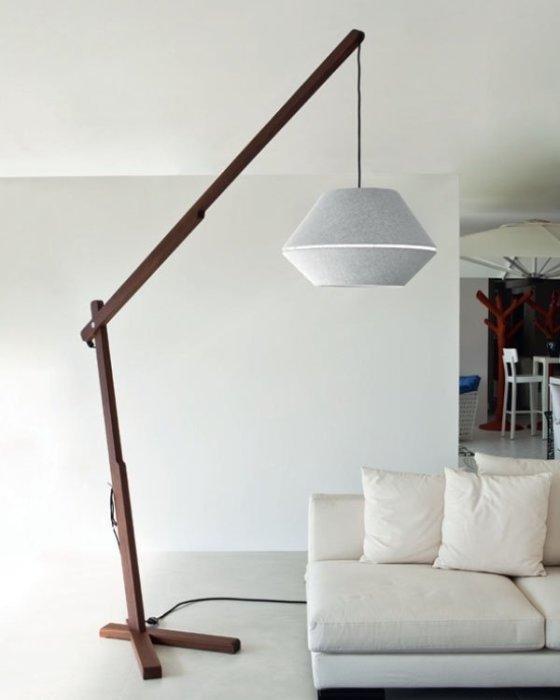 Торшер с деревянными элементами придаст оригинальности любому интерьеру.