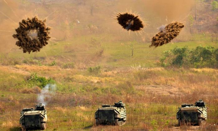 Разрывы снарядов во время учений тяжелой боевой техники.