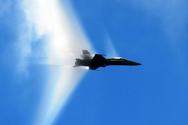 Фотографии самолетов, преодолевающих звуковой барьер