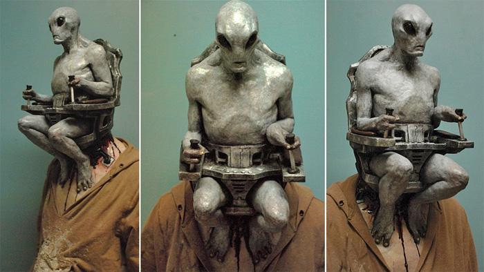 Маска в виде инопланетянина, управляющего телом человека