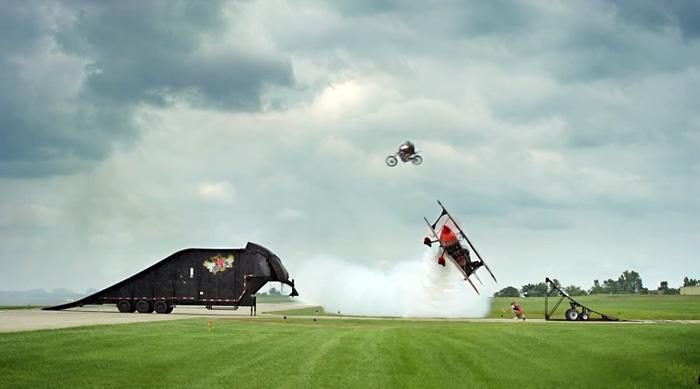 Прыжок на мотоцикле над летящим самолетом