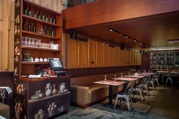 «Арка»  - модный bar&grill, изящно вписанный в пространство настоящей арки петербургского дома