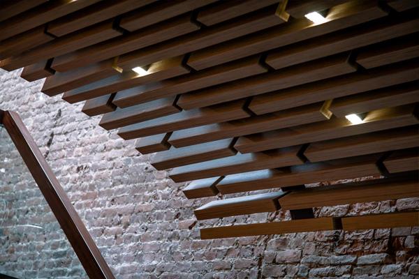 Деревянные элементы стали стилеобразующими для бара-ресторана «Арка»