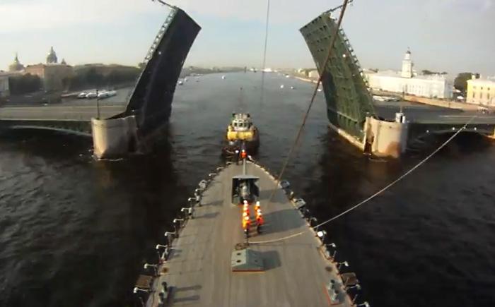 Увлекательное таймлапс видео раскрывает подробности буксировки крейсера Аврора в Кронштадт