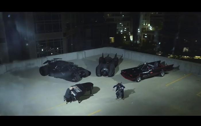 Эволюция музыки и автомобиля из киноэпопеи Бэтмен изображена с помощью фортепиано и виолончели
