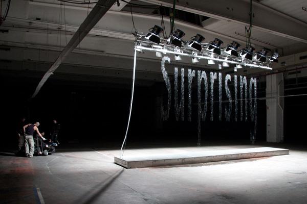 Инсталляция «Bit.Fal», слово «surprising», художник Юлиус Попп (Julius Popp)