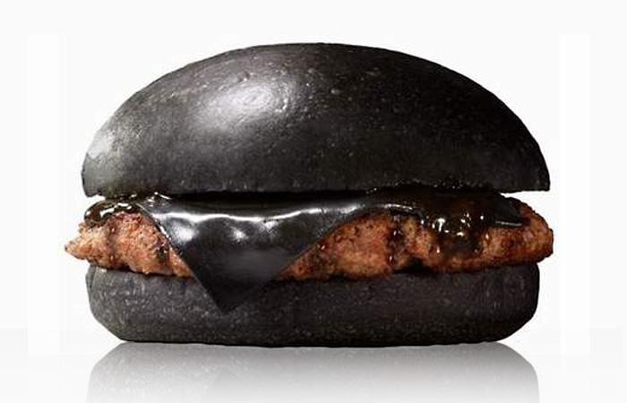 Черный бургер из Японии.