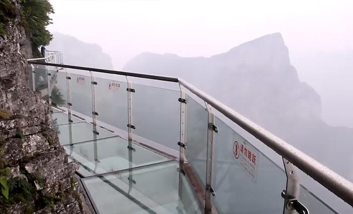 В Китае проложили 300-метровый стеклянный мост на высоте 180 метров