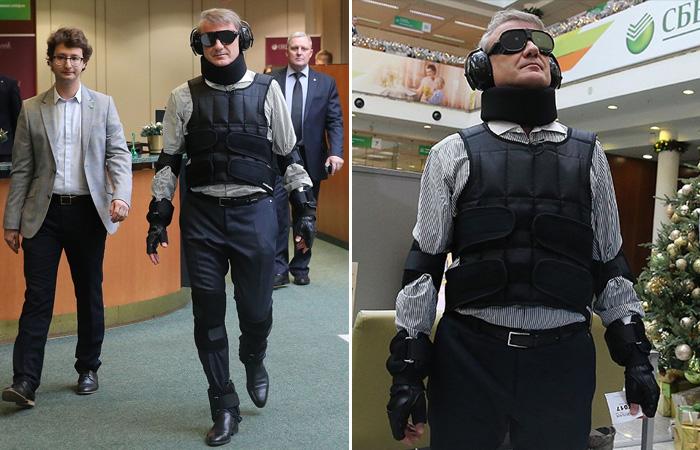 Герман Греф в костюме для симуляции возраста. | Фото: forum-msk.org.
