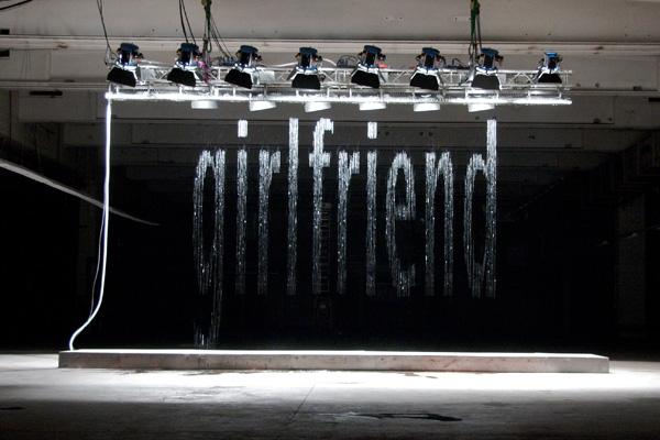 Инсталляция «Bit.Fal», слово «girlfriend», художник Юлиус Попп (Julius Popp)