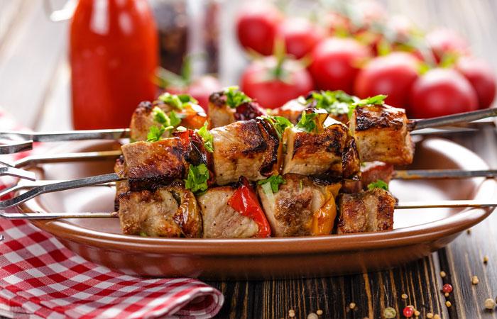 Жирная и острая еда провоцирует желудочные и сердечные заболевания.